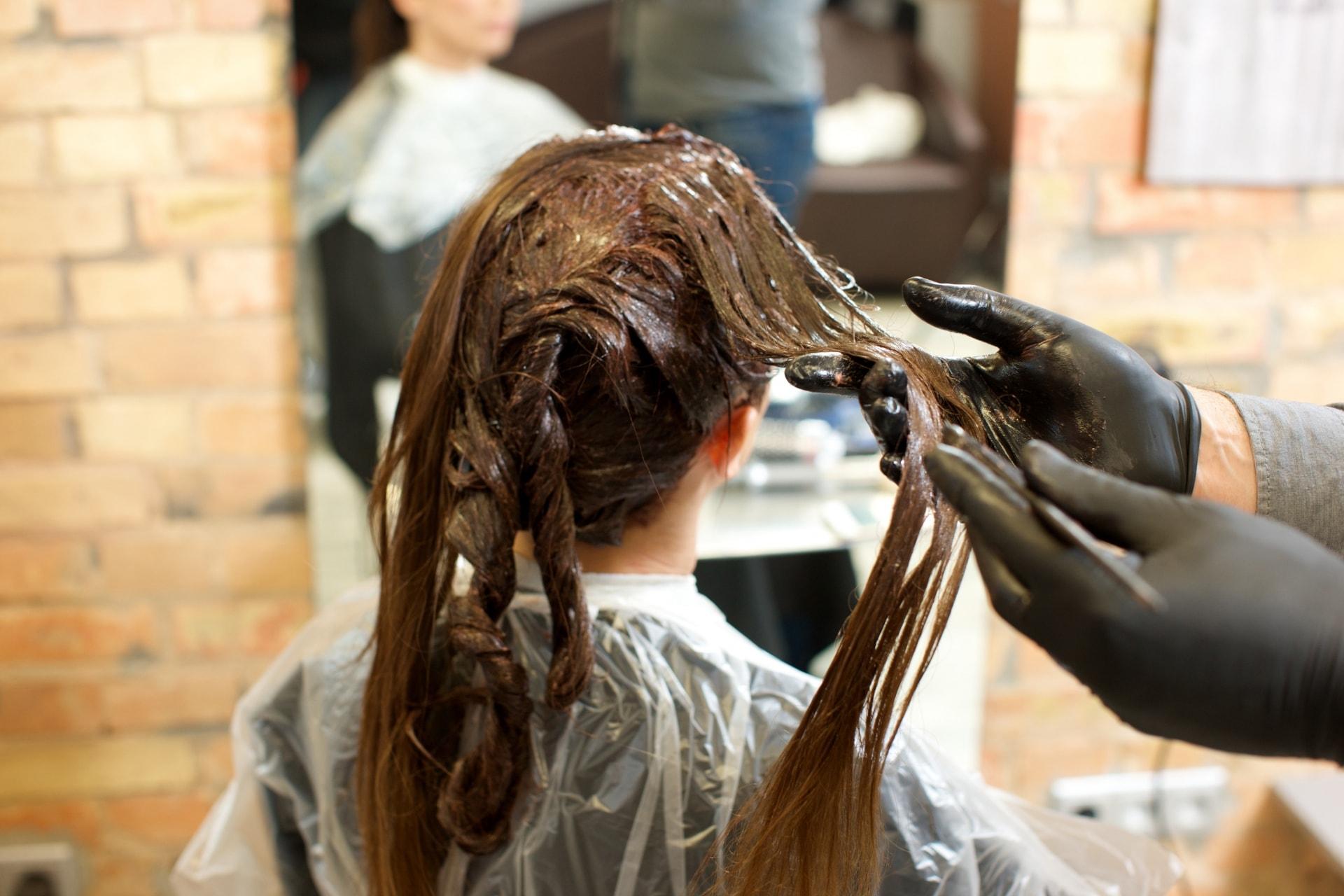 ヘアカラーは女性の薄毛の原因!